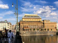 Prag - historische Architketur am Ufer der Moldau