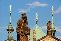 Kirchturmspitzen in der Sonne - Steinskulpturen  / Heilige; Fotos aus Prag.