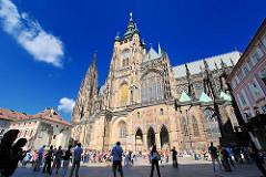 Der Veitsdom auf der Prager Burg - der St.-Veits-Dom  ist die Kathedrale des Erzbistums Prag - das Gebäude in seiner heutigen Form als Kathedrale im gotischen Stil wurde ab dem Jahr 1344 errichtet.