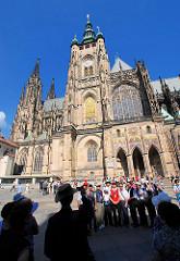Der Veitsdom auf der Pager Burg - der St.-Veits-Dom  ist die Kathedrale des Erzbistums Prag - das Gebäude in seiner heutigen Form als Kathedrale im gotischen Stil wurde ab dem Jahr 1344 errichtet. Eine Gruppe Touristen lässt sich vor dem Gebäude foto