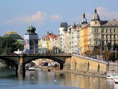 Wohnhäuser - Etagenhäuser mit farbig gestalteter Hausfassade am Ufer der Moldau in Prag.