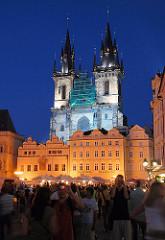 Gotische Architektur der Teynkirche / Kirche St. Maria vor dem Teyn; Baubeginn 1365 - beleuchtete Bürgerhäuser am Altstädter Ring in Prag.