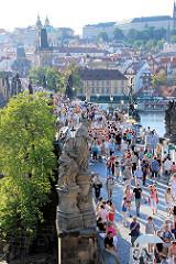 Blick auf die historische Karlsbrücke - die Flussüberquerung wurde im 14. Jahrundert errichtet. Die Brücke ist einer der ältesten Steinbrücken Europas. Die Karlsbrücke ist eine der vielen Sehenswürdigkeiten Prags - dicht gedrängt überqueren dort die