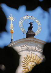 Kloster Strahov - Giebelschmuck der barocken Klosterkirche - Lamm Gottes; Inschrift VIDI SUPRA MONTEM SION AGNUM.