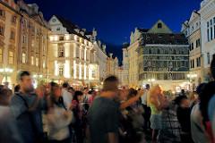 Prag am Abend - Nachtaufnahme; Touristen auf dem Altstädter Ring - beleuchtete Hausfassaden.