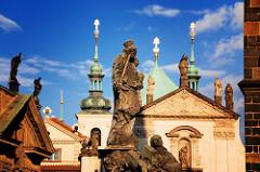 Madonnaskulptur auf der Karlsbrücke - Architektur, Türme und Bauschmuck in Prag.