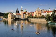 Promenade an der Moldau - historische Architektur Prags - Tretboote auf dem Fluss.