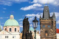 Brückenturm und eine der 30 Steinfiguren, die als Bauschmuck über den Brückenpfeilern aufgestellt sind.