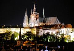 Nachtaufnahme von Prag - beleuchteter Veitsdom und Burgmauer. Der Veitsdom / St.-Veits-Dom  ist die Kathedrale des Erzbistums Prag - das Gebäude in seiner heutigen Form als Kathedrale im gotischen Stil wurde ab dem Jahr 1344 errichtet.
