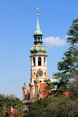 Kirchturm der barocken Loretokirche auf der Burg in Prag.