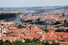 Dächer der Stadt Prag - Lauf der Moldau durch die tschechische Hauptstadt.