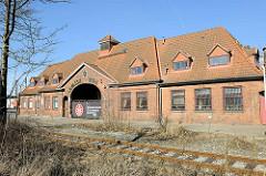Historische Gewerbearchitektur an der Müggenburger Straße in Hamburg Veddel - Bahngleise der Hafenbahn.