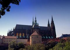 Blick auf die Wehranlagen der Prager Burg und den St. Veits Dom, der als gotische Kathedarale am 1344 errichtet wurde.