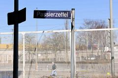 Straßenschild Passierzettel in Hamburg Veddel - im Hintergrund der Zollzaun.