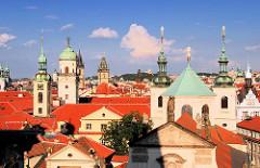 Kirchtürme und Hausdächer - Bilder aus der Stadt Prag.