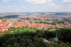Blick auf die Stadt Prag - Panorama, in der Bildmitte die Moldau.