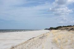 Weiter, einsamer Sandstrand - blauer Himmel mit Wolken - Ostsee, bei Leba - Polen.