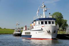 Fahrgastschiff / Ausflugsschiff SCHWINGEFLAIR am Anleger von Brunshausen / Stade.
