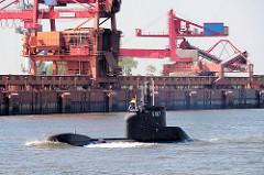 Hafenanlagen / Hafenkräne für Schüttgut am Bützflether Hafen - Unterseeboot S192 in Fahrt