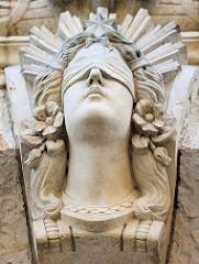 Stuckdekoration am Amts- und Landgericht Stade - Frau mit verbundenen Augen - Justitia.