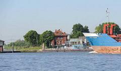 Blick von der Elbe auf den Anleger Stader Sand - Bug des Frachtschiffs  EVERT PRAHM.