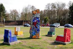Sitzgruppe - bunt bemalte Steine, Steinskulptur - Künstlerin Dagmar Glemme.