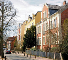 Mehrstöckige Wohngebäude / Wohnhaus in Uelzen - Gründerzeitarchitektur mit farbiger Fassade.