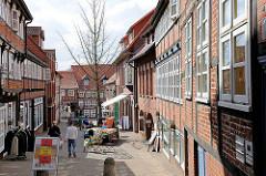Schmale Gasse in der historischen Innenstadt der Hansestadt Stade - Fachwerkhäuser und Geschäfte.