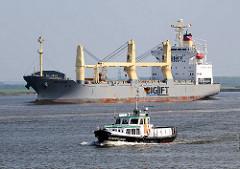 Arbeitsschiff STADERSAND in Fahrt vor Stadersand - Frachtschiff DA HUA mit bordeigenen Ladekran.