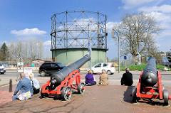 Stader Flutkanaonen - im Hintergrund der unter Denkmalschutz stehende Gasometer.