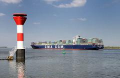 Leuchtfeuer an der Elbe bei Stader Sand - Contianerfrachter CMA CGM RIGOLETTO auf der Fahrt Richtung Elbmündung Nordsee.