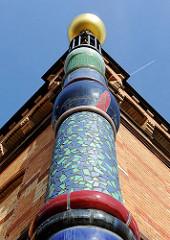 Bunte Säule - Mosaik; Hundertwasser Bahnhof Uelzen; Umgestaltung des Gebäudes als Expo-Projekt nach den Plänen des österreichischen Künstlers Friedensreich Hundertwasser.