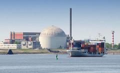 Ehem. Atomkraftwerk Stade, stillgelegt 2003 - Containerfeeder, Frachtschiff GERDA beladen mit Container ausserhalb der Fahrrinne.