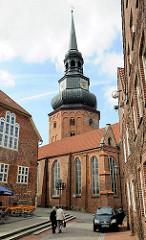 Kirchturm und Kirchenschiff der Kirche Ss. Cosmae et Damiani - die Kirche wurde in der zweiten Hälfte des 13. Jahrhunderts im Stil der Backsteingotik erbaut und nach den Heiligen Cosmas und Damian benannt.