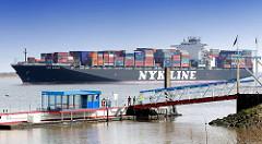 Anleger Stadersand an der Elbe - das 336m lange und knapp 46m breite Containerschiff NYK ORION fährt elbabwärts - der Frachter kann 9040 TEU Container transportieren.