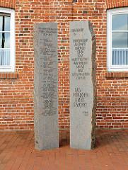 Stelen - Denkmal Den ermordeten Nachbarn Opfern des Rassenwahns - Am Sande in der Stadt Stade.