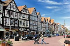 Häuserzeile - mehrstöckige Fachwerkhäuser in Uelzen - Blick in die Lüneburger Strasse.