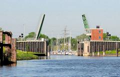 Klappbrücke über die Schwinge - im Hintergrund der Sportboothafen.