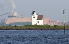 Leuchtfeuer Julessand - im Hintergrund Hafenanlagen / Industrieanlagen des Hafens Bützfleth.