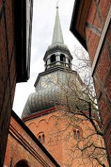 Kirchturm der Kirche Ss. Cosmae et Damiani - die Kirche wurde in der zweiten Hälfte des 13. Jahrhunderts im Stil der Backsteingotik erbaut und nach den Heiligen Cosmas und Damian benannt.