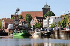 Hafen der Hansestadt Stade - Sportschiff und Ausflugsschiff am Hafenkai - gotische Hallenkirche St. Wilhadi aus dem 14. Jahrhundert.