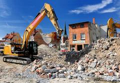 Abriss von Gebäuden in der Mühlenstrasse - Abrissbagger und Bauschutt.