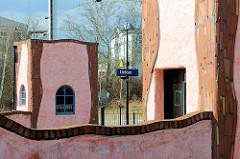 Bahnsteig Hundertwasser Bahnhof Uelzen - Ausgang für Fahrgäste; Umgestaltung des Gebäudes als Expo-Projekt nach den Plänen des österreichischen Künstlers Friedensreich Hundertwasser.