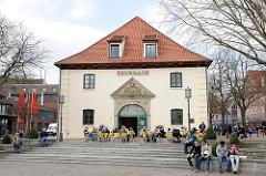 Historische Architektur in Stade - Zeughaus am Pferdemarkt - Café / Resturant auf dem Platz unter Bäumen.