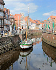 Historischer Hansehafen in Stadte - Fachwerkgebäude; der Ewer WILLI ist im Alten Hafen bei Ebbe trocken gefallen.