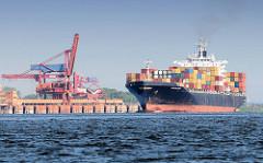Kaianlagen - Krananlage Hafen Bützfleet - Containerschiff NORTHERN DIGNITY auf der Elbe in Fahrt Richtung Hamburger Hafen.