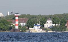 Das Aufsichtsschiff des Staatlichen Fischereiamts Bremerhaven, die NARWAL vor Stader Sand - Leuchtturm.