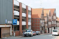 Ehem. Hertie Parkhaus in Stade - Parkhausarchitektur und historische Fachwerkhäuser in Stade.