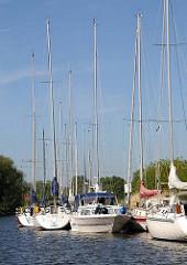 Segelyachten am Bootschlengel - Sportboothafen an der Schwinge.