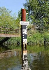 Brückenpegel an der Schwinge - zeigt die lichte Durchfahrt unter einer Brücke an, die je nach Tide variiert.